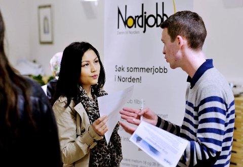 Nahid Mogaris jakter sommerjobb. Hun var blant dem som benyttet  jobbmessen til Nav Drammen like før påske til å finne stillingsannonser og snakke med arbeidsgivere som hadde stands. Petter Knutsen Bjørlo kunne fortelle om mulighetene for sommerjobb i et annet nordisk land.