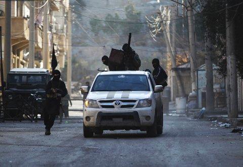 Medlemmer av opprørsgruppen Nusrafronten i den syriske byen Deir al-Zor tidligere i februar. Den siktede norske 22-åringen mistenkes for å ha kjempet sammen med Nusrafronten i Syria.