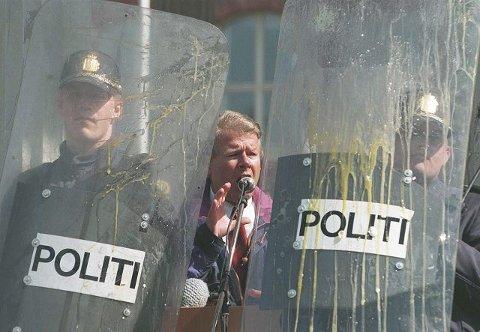 1995. Carl I. Hagen måtte ha politibeskyttelse da han holdt 1. mai-tale på Grünerløkka. Demonstranter kastet både gjenstander og egg mot Frp-formannen.