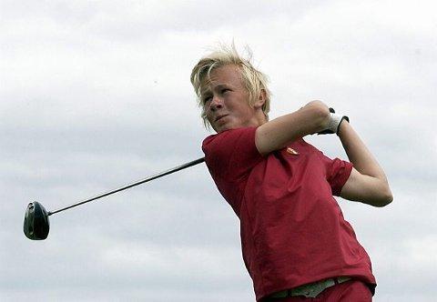 Joakim Mikkelsen spiller sammen med veteranen Bob Estes, som leder når turneringen er halvspilt med sju slag under par. Mikkelsen brukte 13 slag mer, og ligger på delt 49. plass.