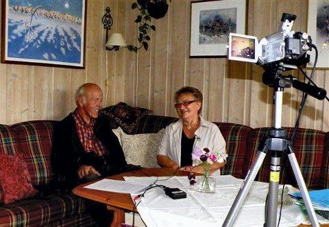 SAMTALE: Billedkunstneren Finn Moen var et av intervjuobjektene fra Østre Trysil, her i samtale med Else Nohr.  $BYLINE_ON$Foto: Ingrid Nylund$BYLINE_OFF$