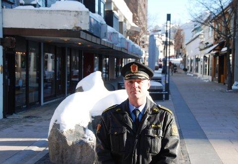 Tyve huseiere i Moss fikk i går pålegg om å fjerne farlig is og snø. Ordenssjef Ole Friestad ved Moss politistasjon ber også fotgjerne selv være på vakt for farlige situasjoner.