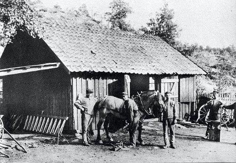I tidligere tider oppsøkte hesteeierne smiene for å få skodd hestene. Bildet viser Belsjø Smie fra 1910.
