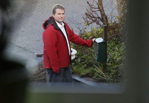 SER POSTKASSEN FRA VINDUET: Sveinung Stensland er irritert over post som forsvinner, og ber Posten Norge om å gjennomgå sine rutiner. – Til og med Donald dukker bare opp annenhver uke i postkassen. Abonnementet skal jo komme hver uke, forteller en irritert Stensland, som har liten tro på at postforsvinningene skyldes barn og rampestreker når det også gjelder politiske dokumenter.