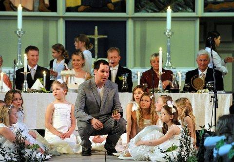 """Jesus (Stein Henrik Vestly) hadde god tone med brudepikene, som han senere overtalte til å vrikkedanse etter """"Let´s Do The Twist""""."""