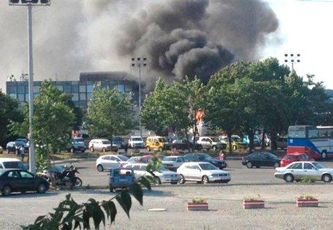 Det steg kraftig røyk opp fra flyplassen etter eksplosjonen.