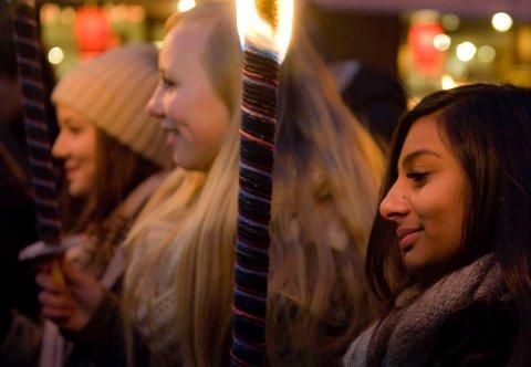Farah (13) har bodd 7 år i Norge. Norske myndigheter har bestemt at hun ikke får lov til å bli i landet. Lørdag gikk hun sammen med venninnene Ingvild Nyheim og Eline Strand Bakken i fakkeltog for lengeværende asylbarn. ALLE FOTO: LISA RYPENG