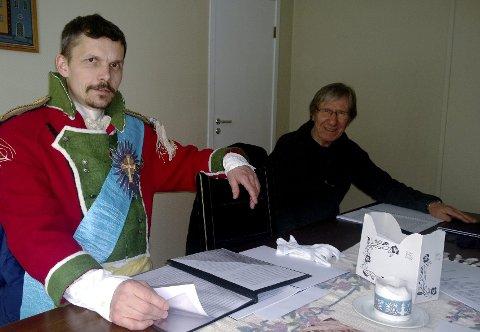 Mer levende enn historien: I virkeligheten kom prins Christian Frederiks ord i form av et brev til Vang, men under Grunnlovsjubileet er han personlig til stede, i Hans Martin Thorshaugs skikkelse, innøvd sammen med regissør Svein Hellesøy (til høyre).Foto: Hilde Berit Evensen