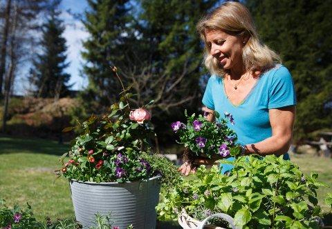 Tonje Bergh har fylt sine blomsterpotter med blomster og urter som egner seg godt til mat.