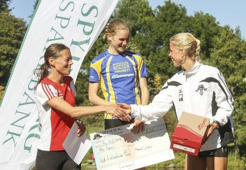 PÅ SEIERSPALLEN: De tre beste i kvinneklassen får sine velfortjente premier. Vinneren Heidi Dietrichson Pharo flankeres av toer Jessica Gunnarsson (t.v.) og Marit Haslie.