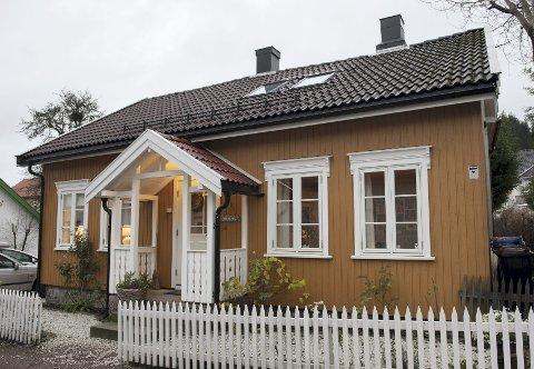 Idyll: I Strandgaten ligger de søte husene som perler på en snor, og småbyidyllen appellerte sterkt til paret da de valgte å kjøpe bolig nettopp her.