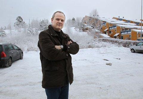 – Vi er veldig glade for at det ikke blir innført eiendomsskatt på ubebygde tomter som den vi eier her på Nøkkeland på Kambo, sier administrerende direktør Per Olav Busch i Vansjø Boligbyggelag.