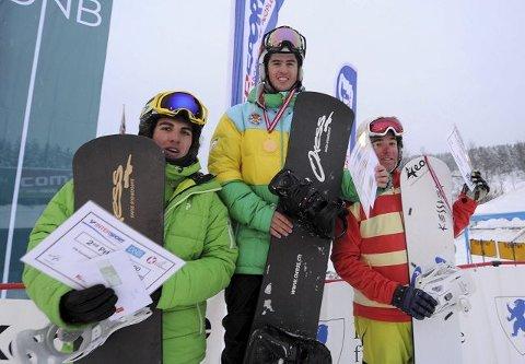 Spanske Lucas Eguibar smiler fra toppen av seierspallen flankert av slovenske Matja Mihic (t.cv.) og franske Leo Trespeuch.