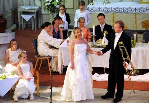 Brudeparet Eva (Hege Kåsin Rusten) og Adam (Knut Erik Rusten) hadde usedvalig mange gjester i bryllupet sitt - srlig med tanke på at de er kjent som jordas to første mennesker.
