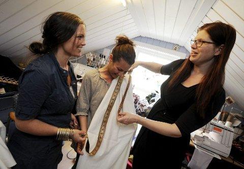 Camilla Ellefsen (til venstre) gifter seg med sin kjære Mats Bjune, og Caroline Samira Amor sier ja til Anders Nereng Langfjæran under Middelalderfestivalen 1. og 2. juni. Begge får sydd sine brudekjoler hos Anja Christine Boman.
