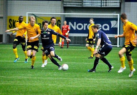 Erik Midtgarden (24, i gult) er ønsket av Mjøndalen. Her i en kamp mellom Lillestrøm og Strømsgodset.