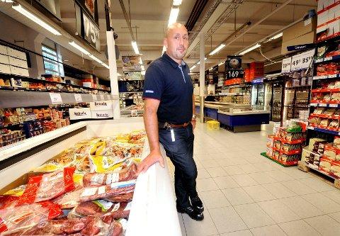 – Jeg tipper de selger kjøttet videre til restauranter, sier butikksjef Jørund Martinsen ved Rema 1000 på Rundtom i Drammen. Nå fjerner han det møre kjøttet fra frysedisken, og kundene må spørre betjeningen dersom de vil ha indrefilet. – Det er ille når vi må fjerne varer, sukker Martinsen.