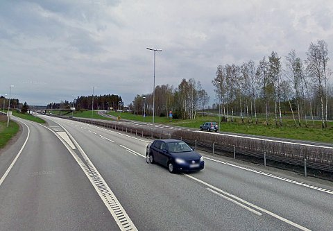 En ung polakk med bilen full av øl stanset ikke da tollerne på Svinesund ville sjekke bilen hans. I stedet kjørte han videre nordover på E6. Til slutt endte politijakten her, ved avkjøringen til Moss Lufthavn Rygge. Politiaksjonen skapte trafikkproblemer, og det oppsto lange køer på E6.