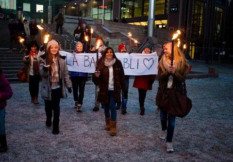"""""""La barna bli"""" sto det på banneren Ski-politikerne Camilla Hille (V), Bård Hogstad (SV) Trude Blomseth Thy (Miljøpartiet De Grønne) og Lise Visnes (KrF) bar i fakkeltoget bak Farah og hennes venninner."""