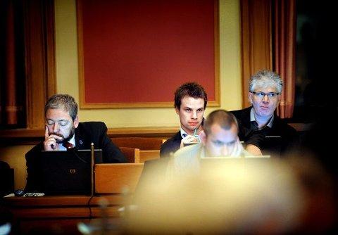 Det var ingen varm julestemning å spore på Frp-benken under gårsdagens budsjettdebatt. F.v. varaordfører Freddy Hoffmann, nestleder i partiet Jon Helgheim og en av dem som nå står bak eksklusjonsforespørselen, Trygve Bjørkli.