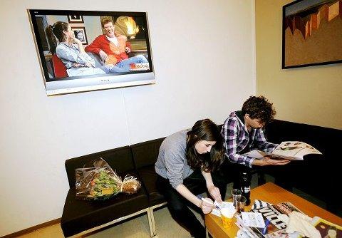 LEDIG STUND: Mina Hadijan og Jan Fredrik Karlsen har inntatt studio, mens Linnea Dahle og Cato Sundberg får lest nyheter og skrevet autografer før de haster videre. FOTO: LISA SELIN