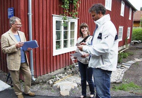 Marie Olaussen og Geir Dyrnæs mottok årets Vernepris fra Fortidsminneforeningen i Vestfold fra leder Ragnar Kristensen (til venstre). Foto: Erik Munsterhjelm