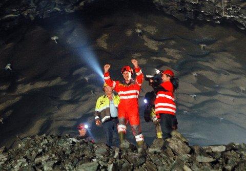 Fylkesordfører Tom Tvedt fyrte av siste salven i Karmøytunnelen, og var dermed én av de første som gikk gjennom hullet mellom Fosen og Håvik.