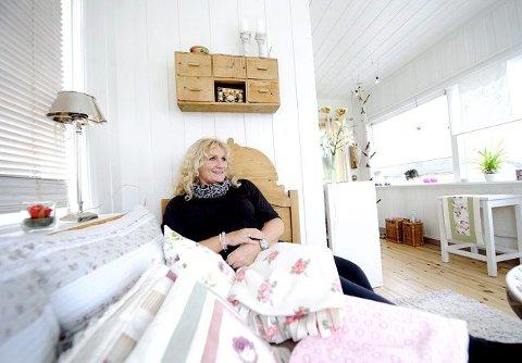 Anne Lise Innbjør har holdt på med huset deres i ti år, både ute og inne. Noe av det aller siste som gjenstår nå er etterisolering av den lyse, hyggelige vinterhagen.