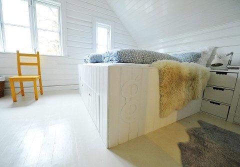 Sengen er spesialbygget, og har lagringsplass med skuffer under madrassen.