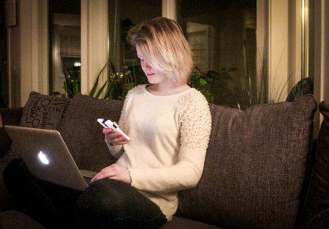 Madelene Isabell Aasbø(17) mener hun absolutt er avhengig av å oppdatere seg på sosiale medier om hva som skjer rundt henne.