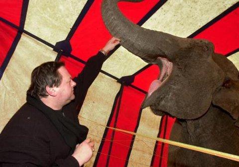 Elefanten Baba ler ikke av en vits som Cirkus Merano-direktør Knut Dahl har fortalt, men hiver innpå med epler fra Dahls hånd.