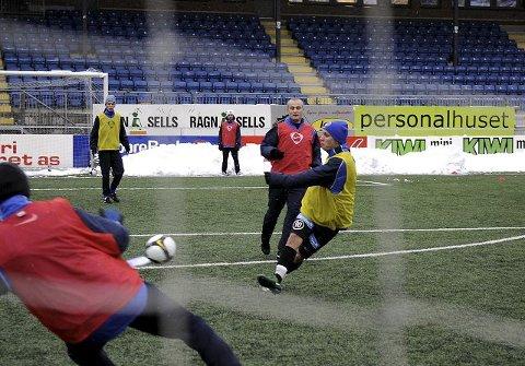 FULLT TRØKK. Erik Øverby i gult fyrer løs på Drammen Fotballklubbs treningsleir på Marienlyst.  ALLE FOTO: PER ABRAHAM GRENNÆS
