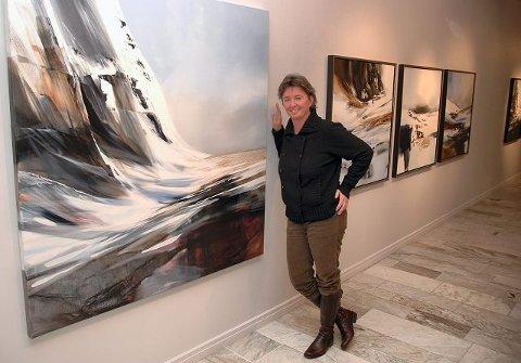 VESTOVER. Eva Solheim har beveget seg over på vestsiden av Vidda, til Hardangerjøkulen og de bratte fjellsidene.  FOTO: BJØRN ZARBELL-ENGH