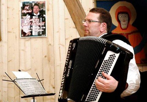 PUBLIKUMSMAGNET:Leif Lillejordet med sin formidling av tardisjonsmusikk fra Enebakk trakk stappfullt hus under årets kulturdager.FOTO: LISA RYPENG