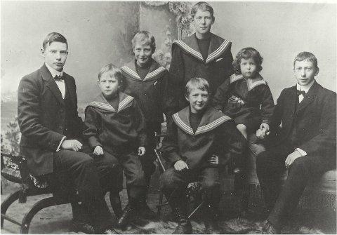 hansen-brødrene: Faktor Otto Bernhard Hansen kjøpte Akershus Amtstidende og trykkeriet i Lindtrupbakken i 1900. Han og hans kone fikk syv barn, hvorav fem gikk inn i et mangeårig virke i trykkeriet og avisdriften.