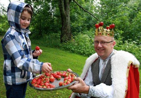 Daniel Svendsen (6) fra Hokksund ble tatt imot på kongelig vis av Simen Myhrene på vei ned mot stranda.