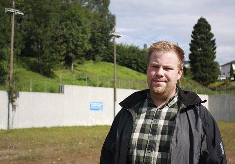 Joakim Steen Eggen foran den nå gråmalte veggen på Brakerøya, med forbudsskilt der «graffiti» er stavet feil.
