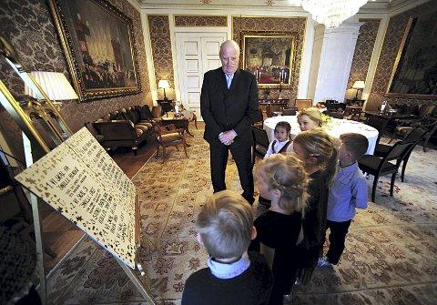 HOS KONGEN: Kobotnbarna fikk møte kongen og overrekke ham barnas egen grunnlov. FOTO: VIDAR RUUD, ANB