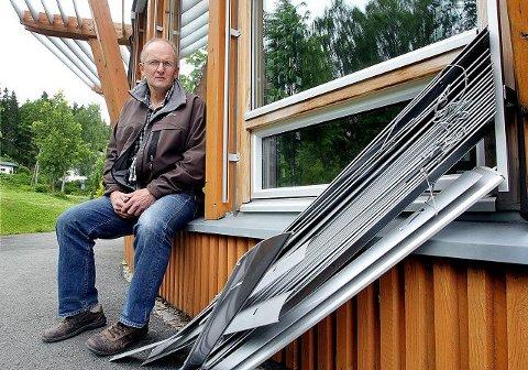 DYRT: Hærverk er kostbart for kommunene. Her er eiendomsforvalter i Asker kommune, Anders Rype, avbildet i forbindelse med hærverk i Vollen ved en tidligere anledning. FOTO: KARL BRAANAAS