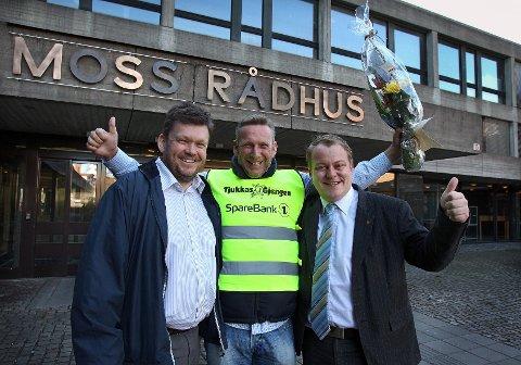 Jan Ellefsen (midten) fra Tjukkasgjengen fikk støtte til å kjøpe refleksvester av Moss kommune ved Sindre Westerlund Mork (til v.) og varaordfører Erlend Wiborg til h.