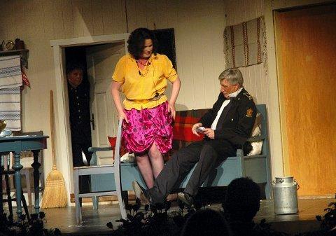 TVILOM LENSMANN: Sigbjørn Johnsen spilte full lensmann med stor overbevisning, og frir til husmorvikar Sylvia, spilt av Sylvia Brustad.