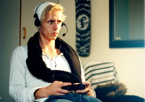 IKKE BARE NEGATIVT: Stian (17) mener gaming på mange måter er en positiv ting. FOTO: KARL MYRVANG