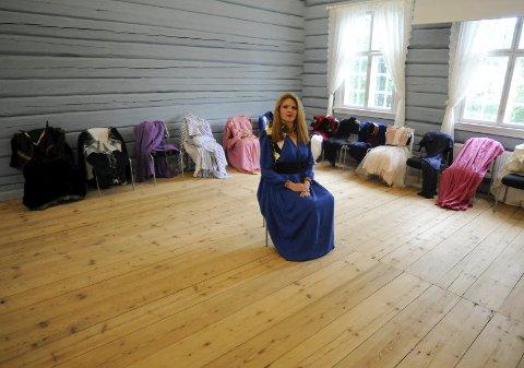 FULL KONTROLL: Rudy Wolff fra Kongsberg er en av svært få couturedesignere i Norge. Nå kan du se drakter, kjoler og fotografier i Kongsberg. Før visningen i morgen har hun rigget opp alt som trengs i et rom på Bergseminaret. Den lille partyvesten hun har på seg tok 350 timer å lage.FOTO: IRENE MJØSENG