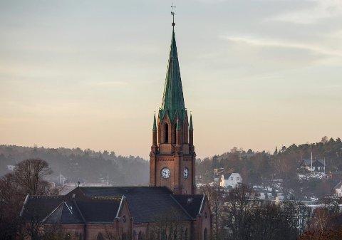 «Fyrtårn»: Fredrikstad domkirke er ikke bare et landemerke, men også et sjømerke. En lanterne i tårnet sender ut lyssignaler til båttrafikken.