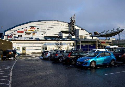 Ruver på rolvsøy: Østfoldhallen er ikke bare et kjøpesenter under en idrettshall, men også en ruvende bygning i det omkringliggende landskapet.