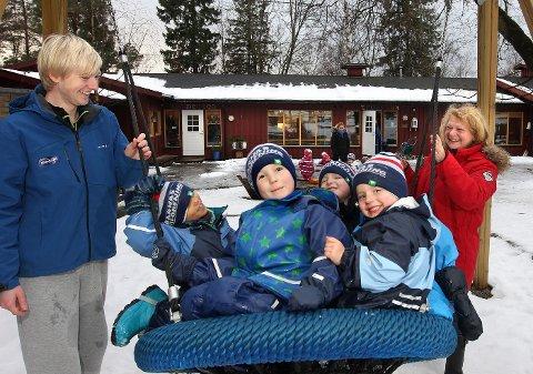 GOD HUSK: Andreas Opstad (21) vil at femåringene Sebastian Kragh Sendege (t.v.) og Jørgen Skilbrei skal ha gode minner fra Tommeliten barnehage.