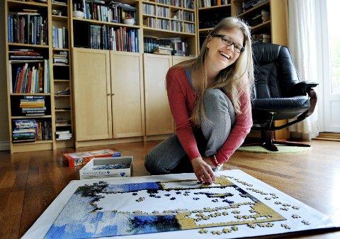 SAMLER TANKENE: Å sette sammen store puslespill, er en aktivitet Anne-Helene liker når hun har krefter. – Det er nesten som meditasjon, sier hun.