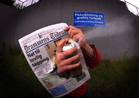 <b>VIL MALE IGJEN.</b>22-åringen klør i fingrene etter å svinge sprayboksene på Brakerøyaveggen atter en gang. Foreløpig er det ikke lov. FOTO: NILS J. MAUDAL