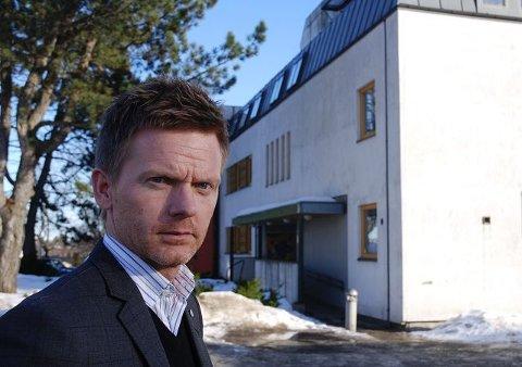 – At ansatte skal ha overnattet i kjelleren her på Melløsparken sykehjem, er svært overraskende og meget alvorlig, sier Tage Pettersen (H).