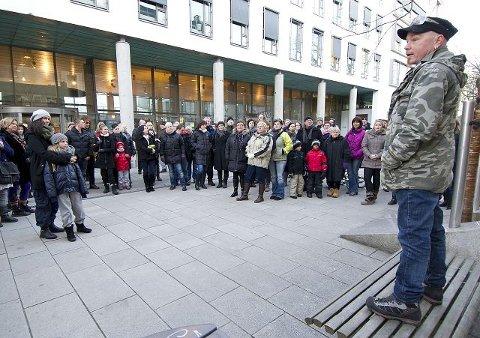 Nær hundre i protesttog, med Knut-Arne Rætten Meisingset i spissen, var én av flere reaksjoner på forslag om nedleggelse av ettervernet for rusmisbrukere i Fredrikstad. Nå har politikerne berget ettervernet.